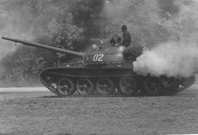 Tank T-62 sovětské armády někde ve východní části Berlína