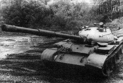 Sovětský tank T-62 předvádí svou terénní průchodnost