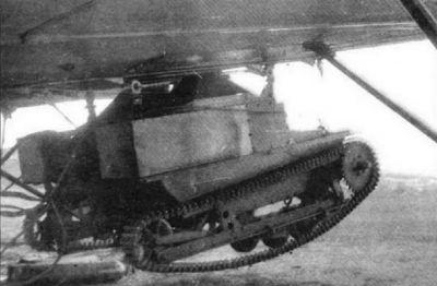 Tančík T-27 zavěšený pod bombardérem TB-1