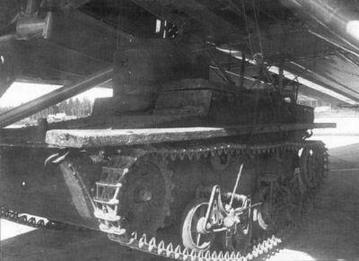 Plovoucí tank T-37A v závěsu pod letounem TB-3