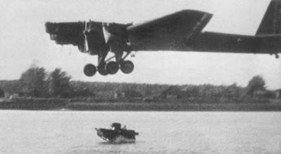 Shození T-37A z bombardéru TB-3 do vody