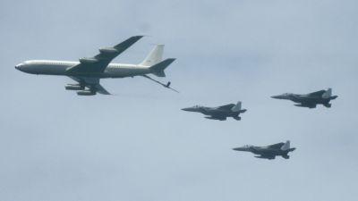 Cisternový letoun Boeing KC-707 doplňuje palivo trojici F-15
