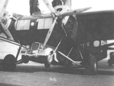 Americký letoun UB-20 se zavěšeným vozem