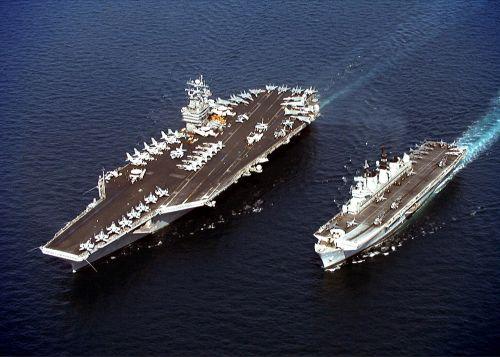 USS John C. Stennis (CVN-74) vlevo a britská HMS Illustrious vpravo