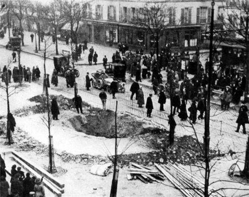 Kráter po náletu Zeppelínu na Paříž. rok 1916