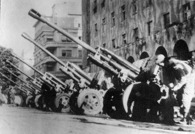 76,2mm kanony ZiS-3 z výzbroje 4. gardového mechanizovaného sboru Rudé armády na přehlídce v osvobozeném Bělehradě