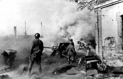 Víceúčelový kanon ZiS-3 vede palbu proti nepříteli ve Stalingradu