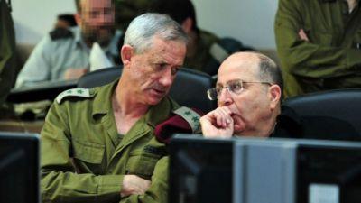 ... náčelník generálního štábu Obranného vojska Izraele genpor. Benny Ganz (vlevo) s ministrem obrany Mošem Jaalonem v operačním středisku Izraelského námořnictva během protiteroristické operace v Rudém moři