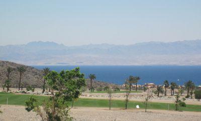 ... turistický snímek autora blogu. Akabský záliv ve středisku Taba Heights. Také tudy musela eskortovaná panamská loď projet