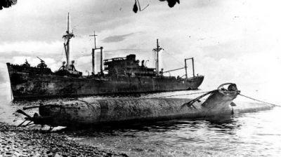 Miniponorka typu A na Guadalcanalu, v pozadí transportní loď Yamazuki Maru
