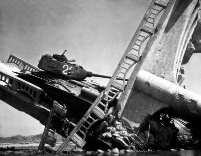 T-34/85 na mostu zničeném náletem spojeneckých letadel za Korejské války