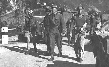 Důstojníci Leibstandarte a Der Führer přidělení k 24. Waffen Gebirgs Division se vzdávají Britům v Itálii, květen 1945.