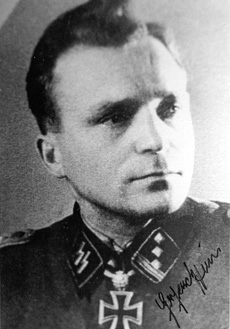 A rare signed photo of Hein in Waffen-SS uniform, shown here with the rank of Hauptsturmführer. Photo courtesy Martin Mĺnnson.