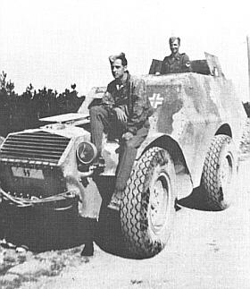 Vojáci divize Reichsführer SS v Itálii s ukořistěným italským obrněným autem AS 37.