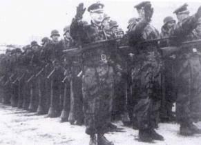 Vojáci 1. divize ROA na přehlídce během přísahy. Vepředu tři důstojníci