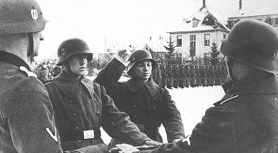 Francouzští dobrovolníci z 33. Waffen Grenadier Division skládají přísahu v roce 1944.