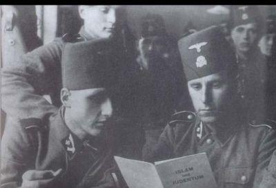 """Příslušníci divize čtou antisemitskou knihu """"Islám a židovství""""."""