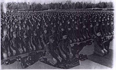 Vojáci divize při modlitbě.