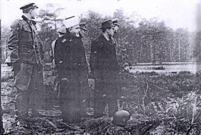 Muslimský duchovní vůdce a velitel divize při inspekci divize.